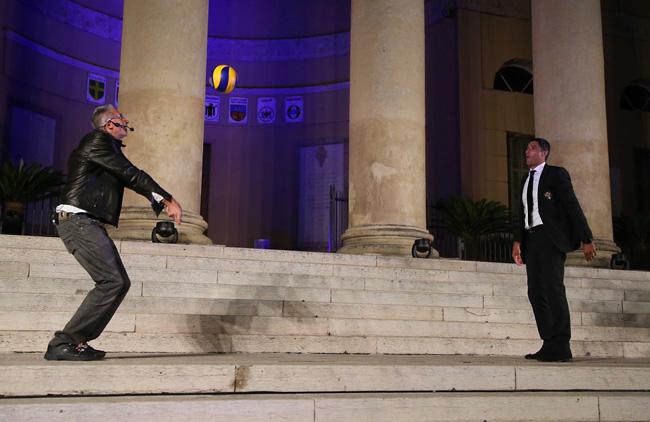Anteprima foto Lucchetta e Giani palleggi in Piazza Bra