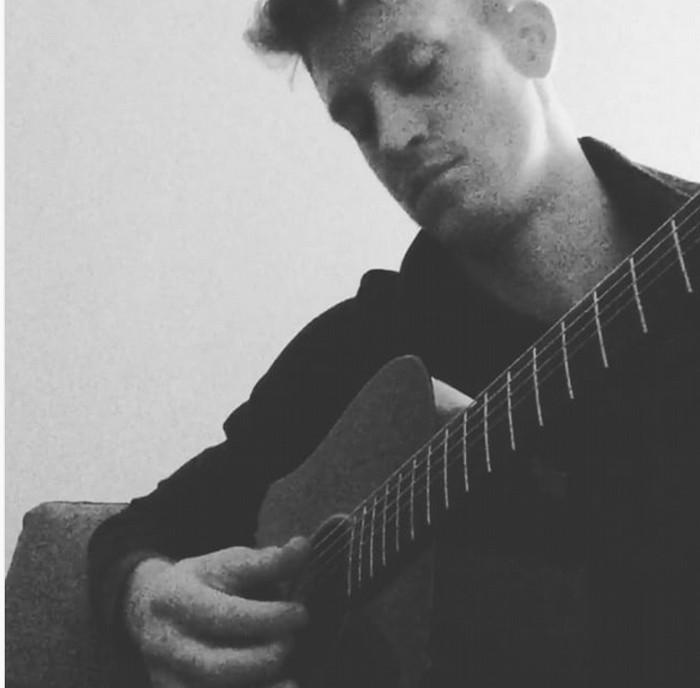 Anteprima foto Holt alla chitarra