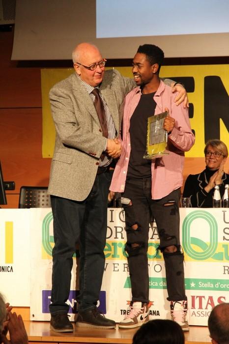 Il presidente Carlo Giordani premia l'atleta dell'anno Brian K. Abakpereh