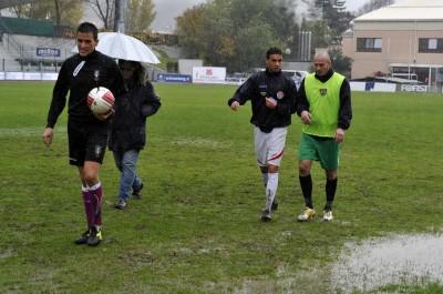 L'arbitro e i due capitani: al Druso non si gioca