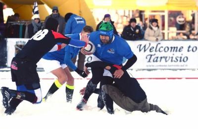 Rugbysti in azione nella neve (foto Snow rugby Tarvisio)