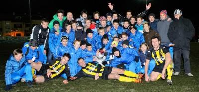Mezzocorona, 8 dicembre 2012 - I ragazzi del settore giovanile giallonero esultano con i giocatori della prima squadra per la conquista della Coppa Italia Regionale