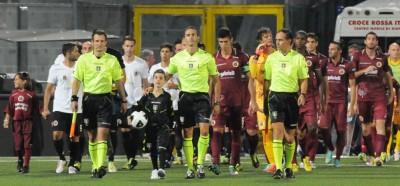 Stefano Bellutti (a sx) all'entrata in campo nella sua gara di debutto in Serie B, Spezia-Cittadella