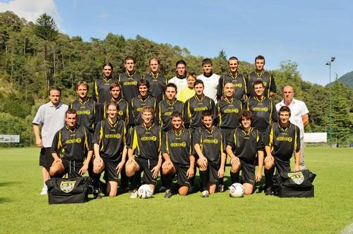 Il Comano Fiavé 2009/10 che vinse la Promozione: il quinto da sinistra in alto è Jacopo Reversi