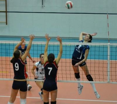 Alessia Sega in attacco su palla alta contro il Lavis