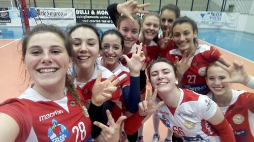 L'under 18 festeggia con un selfie il terzo posto del girone