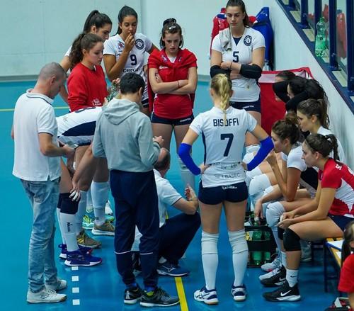 Un time-out di coach Luca Parlatini (Foto di Nicola Stedile)