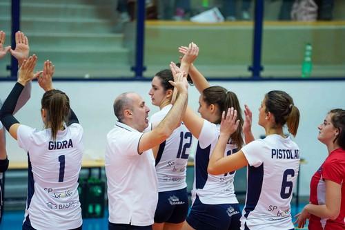 Il tecnico Luca Parlatini può festeggiare con le sue ragazze la 5^ vittoria consecutiva contro la giovane Ezzelina Carinatese (Foto di Nicola Stedile)