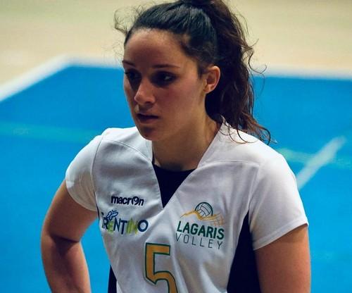 Martina Cazzanelli, classe 2001 cresciuta nel settore giovanile del Volano Volley, tornerà ad indossare la maglia biancorossa dopo la positiva esperienza nel Lagaris Volley