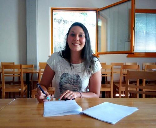 Elena Bortolot al momento della firma nelle sede di via Zucchelli