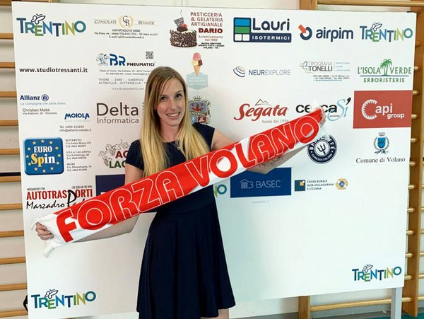 Valentina Barbolini dopo la firma nella sede di Volano Volley