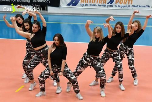 L'Alpha Crew, della Dance Village di Rovereto, è pronto a scatenarsi per l'ultima volta in questa stagione fra le mura della palestra di Volano (Foto di Riccardo Giuliani)