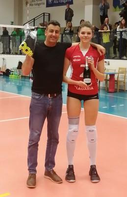 """Michele Demonti, responsabile marketing di Volano Volley, premia la centrale Jessica De Val come """"mvp"""" del match"""