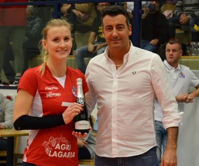 Il dirigente Michele Demonti premia la schiacciatrice Sharon Bisoffi come MVP del match
