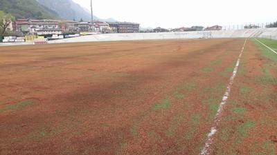 """La forte pioggia di inizio aprile ha reso impraticabile il sintetico dello stadio """"Comunale"""" che, in settimana, era stato interessato da un intervento di manutenzione"""