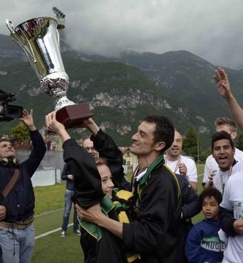 """Domenica 11 maggio 2014: sul sintetico del """"Mutinelli"""" il Mori Santo Stefano festeggia la sua prima storica promozione in serie D"""
