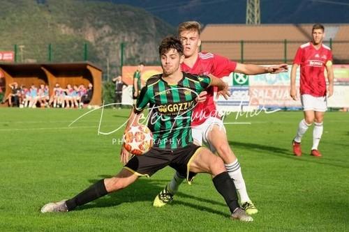 Daniel Pedrotti difende con caparbietà il pallone sul difficile prato di Termeno