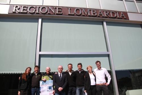 Foto di gruppo davanti al Pirellone