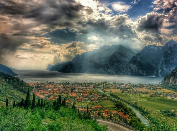 Veduta del Lago di Garda e del paese di Torbole