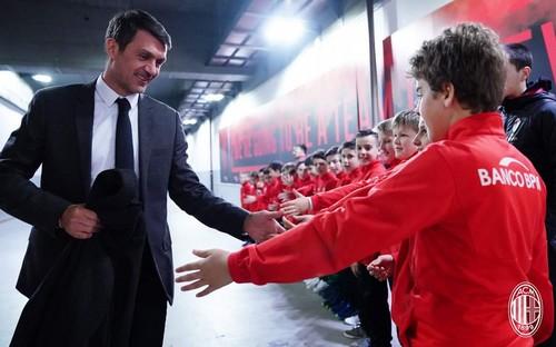 Paolo Maldini saluta i giovani giocatori del Nogaredo