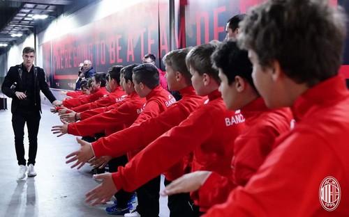 I baby calciatori del Nogaredo salutano il bomber del Milan Piatek