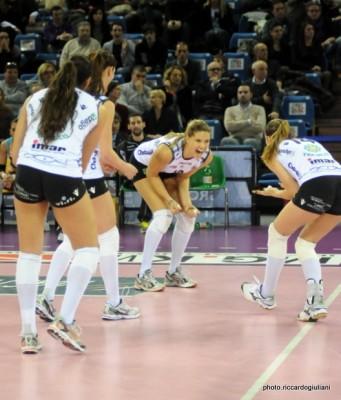 Francesca Gentili festeggia insieme alle compagne di Urbino (foto Riccardo Giuliani)