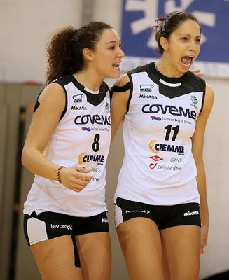 L'esultanza di Ilaria Antonucci, a destra, in maglia San Lazzaro (foto www.vipvolley.it)