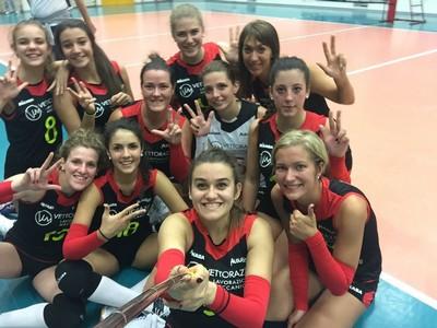 Il selfie post vittoria all'esordio per le ragazze dell'Ausugum (foto tratta da Facebook)