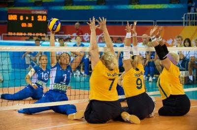 Un esempio di Sitting Volley, la pallavolo giocata da seduti