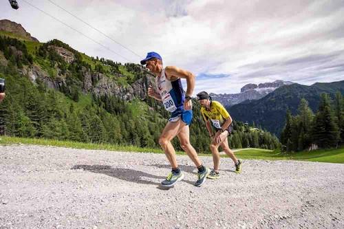 Un suggestivo passaggio dell'edizione 2018 della Val di Fassa Running