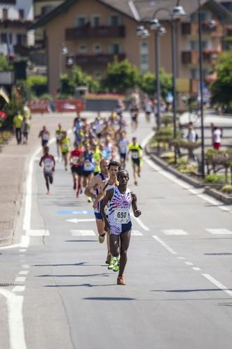 Un passaggio degli atleti nelle prime fasi della gara (foto Filippo Frizzera)