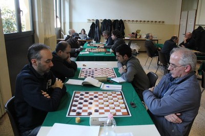 Riccardo Agosti mentre gioca e vince con Giovanni Fava, di Terni
