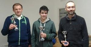 Al centro il vincitore del campionato di dama internazionale, Damiano Leonardi, alla sua sinistra Diego Tranquillini, 2° classificato, a destra Riccardo Agosti, 3° classificato.