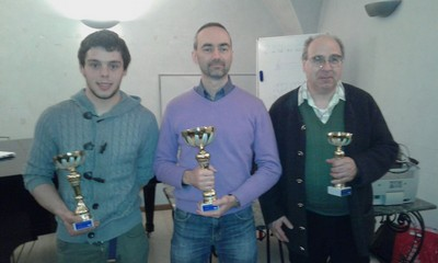 Il podio assoluto del campionato provinciale di dama italiana con il vincitore Riccardo Agosti, al 2° posto Stefano Valentini, 3° Giancarlo Battistotti