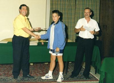 Un giovane Cristiano Moiola premiato dal presidente FID Ciro Fierro