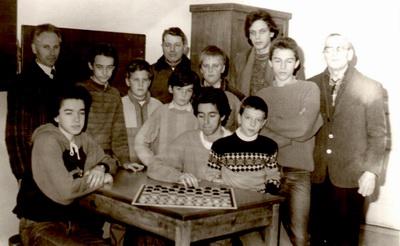 Un giovanissimo Stefano Barozzi al centro tra i principali rappresentanti della dama locale nel 1987