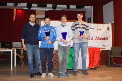 Il podio del campionato juniores a fianco del grande maestro Paolo Faleo