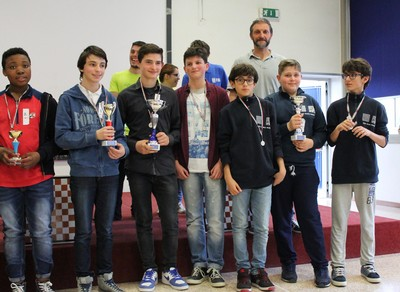 Il podio della categoria dama internazionale scuole medie. A destra la squadra dell'IC Isera-Rovereto