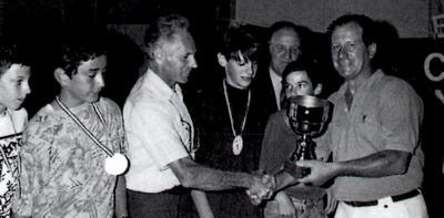 La squadra seconda classificata ai Giochi Sportivi Studenteschi del 1990 con Stefano Barozzi in parte coperto dal trofeo