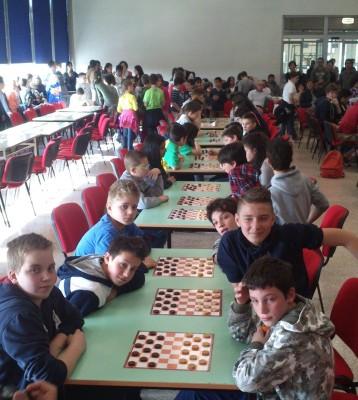 In primo piano i giovani delle scuole medie di Mori a confronto durante il torneo
