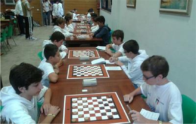 Sulla sinistra i giovani di Mori impegnati in una delle partite del Trofeo CONI