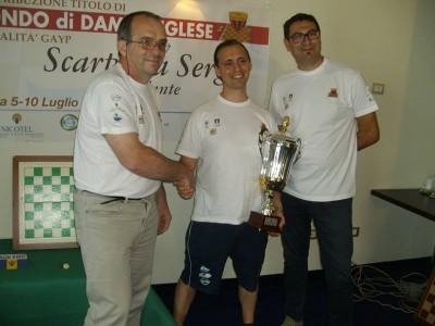 Ezio Valentini si congratula con il campione del mondo di dama inglese Sergio Scarpetta