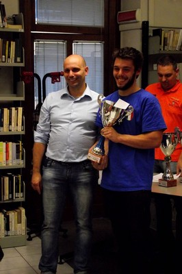 Un raggiante Stefano Valentini festeggia la vittoria del torneo di Romano di Lombardia