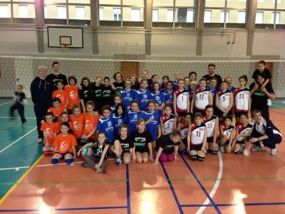 Tutte le giovanissime pallavoliste insieme
