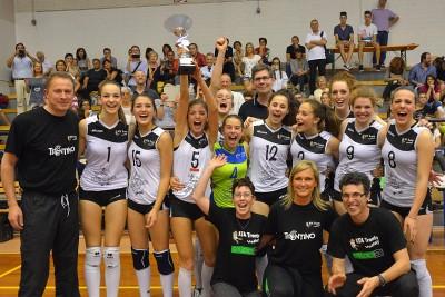 E si può alzare al cielo la coppa dei vincitori (foto Paolo Pedrotti)