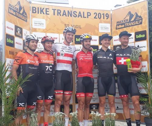 Il podio della seconda tappa della Bike Transalp con Brenes e Longo sulla sinistra