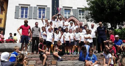 I Giovanissimi dell'Uc Valle di Cembra alzano al cielo il trofeo conquistato nella gara di casa
