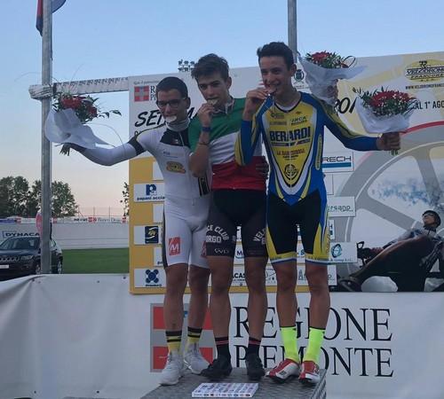 Thomas Capra in maglia tricolore sul gradino più alto del podio
