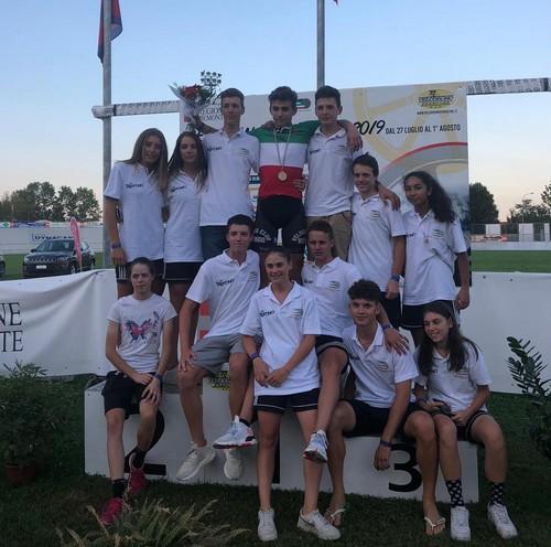 Capra in maglia tricolore assieme ai compagni di squadra del Comitato Trentino