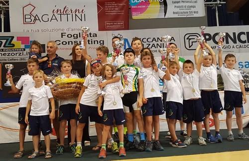 Foto di gruppo sul palco premiazioni per i Giovanissimi del Cembra